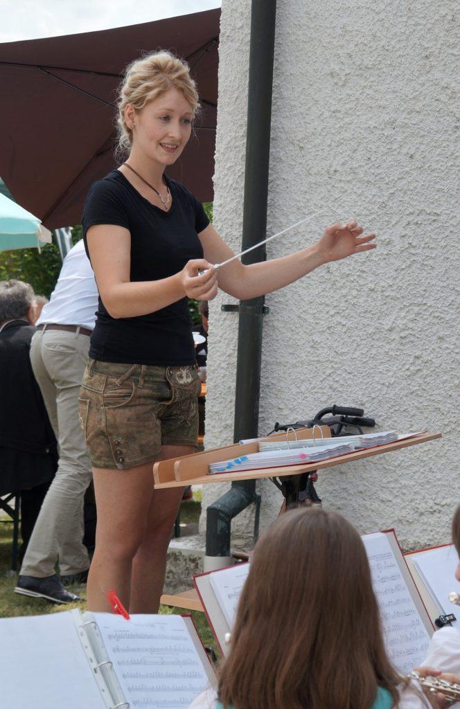 Dirigentin Angelika Schöpf des Nachwuchsorchsters